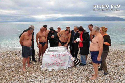 Οι χειμερινοί κολυμβητές από το Ναύπλιο έκοψαν τη βασιλόπιτα του συλλόγου τους