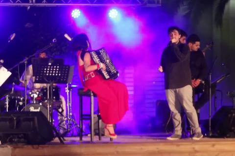 ArgolidaPortal.gr ΑΡΓΟΣ-Η ακορντεονίστρια Ζωή Τηγανούρια στη πλατεία του Αγίου Πέτρου