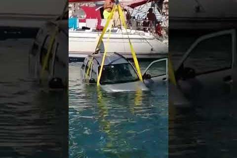 Ανέλκυση αυτοκινήτου από τη θάλασσα στο λιμάνι της Ερμιονης Αργολίδας