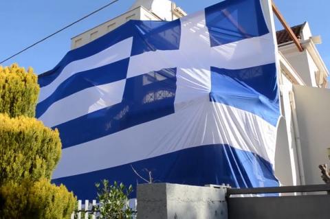 ArgolidaPortal.gr Νέα Κίος-Αθανασόπουλος σκέπασε το σπίτι  με την ελληνική σημαία
