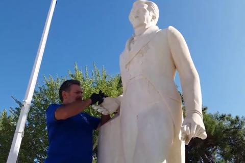 ArgolidaPortal.gr Ναύπλιο-Κολλήθηκε ο αντίχειρας στο άγαλμα του Καποδίστρια