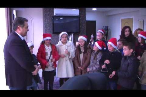 ArgolidaPortal.gr Άργος-Χριστουγεννιάτικα κάλαντα στον δήμαρχο από το 1ο δημοτικό σχολείο